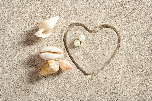 Plaża biały piasek kształt serca druku letnie wakacje