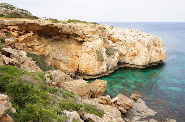 Plaża blisko morza jaskinie w ciągu dnia w ayia na cyprze