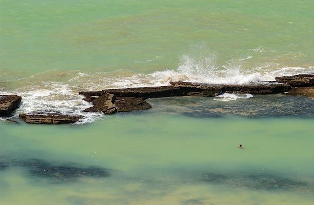 Plaża boa viagem recife pernambuco brazylia piasek z rafami w tle
