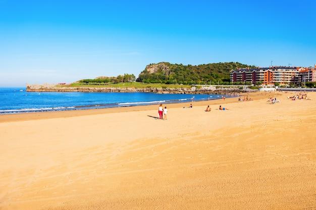 Plaża brazomar w castro urdiales, małym mieście w regionie kantabria w północnej hiszpanii