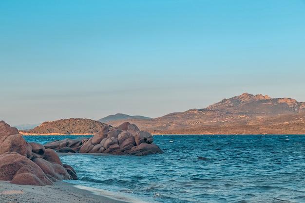 Plaża capriccioli w costa smeralda, sardynia, włochy