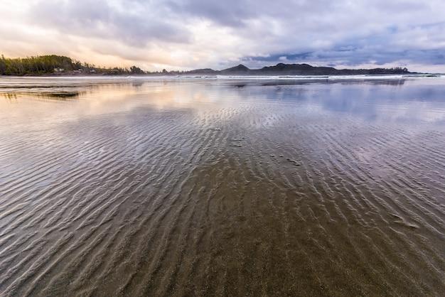Plaża chesterman z pochmurnego nieba