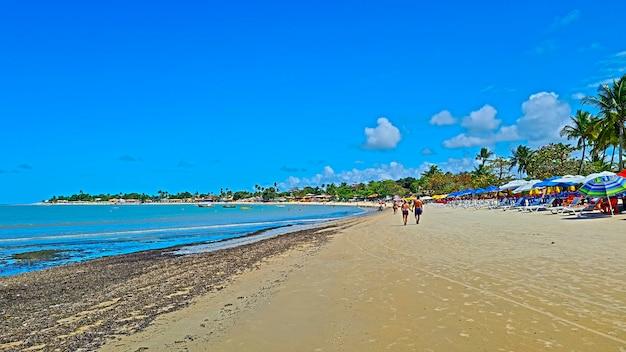Plaża coroa vermelha w porto seguro, bahia - turystyka i destynacje w północno-wschodniej brazylii - atrakcja turystyczna, przewodnik turystyczny po brazylii