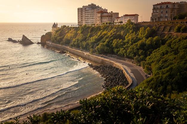 Plaża cote des basques wieczorem w biarritz w kraju basków.