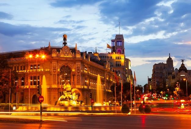 Plaza de cibeles w lecie zmierzchu. madryt