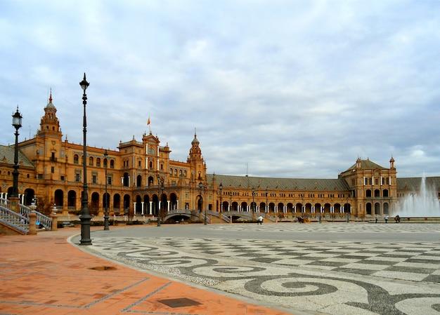 Plaza de espana, oszałamiający zabytkowy plac zbudowany na wystawę iberoamerykańską lub expo 29 w 1929 roku, sewilla, hiszpania