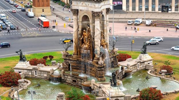 Plaza de espana, pomnik z fontanną w barcelonie, hiszpania. ruch drogowy