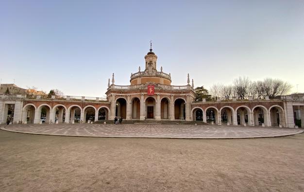 Plaza de san antonio, znany również jako plazuela de la mariblanca, to przestrzeń publiczna w hiszpańskim mieście aranjuez