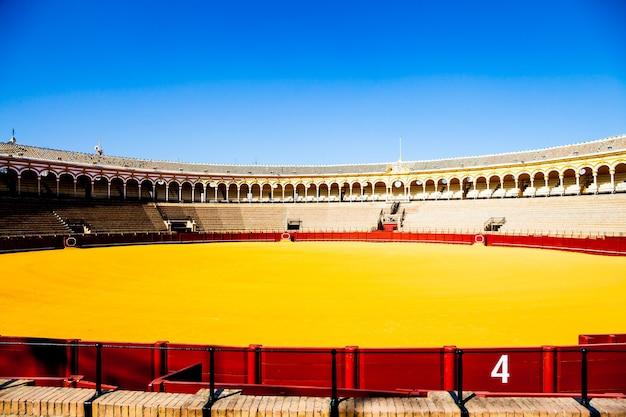 Plaza de toros de la real maestranza de caballería de sevilla to najstarsza arena walki byków na świecie.