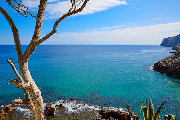 Plaża denia las rotas w pobliżu przylądka sant antonio