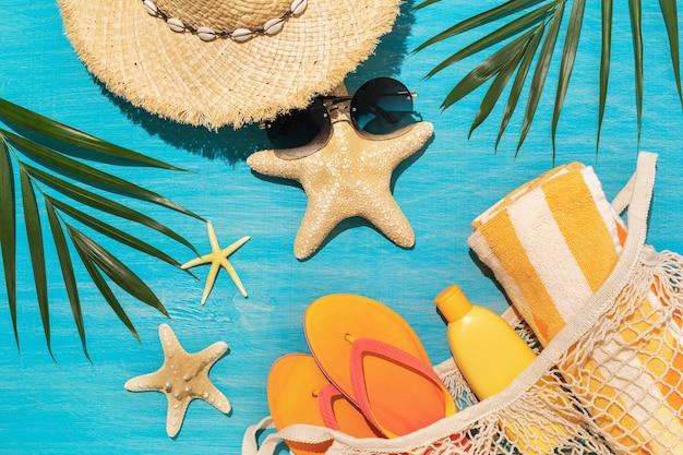 Plaża dostarcza dekoracyjne rozgwiazdy i liście chico na niebieskim tle