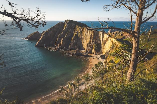 """Plaża """"el silencio"""" na wybrzeżu asturii na północy hiszpanii"""