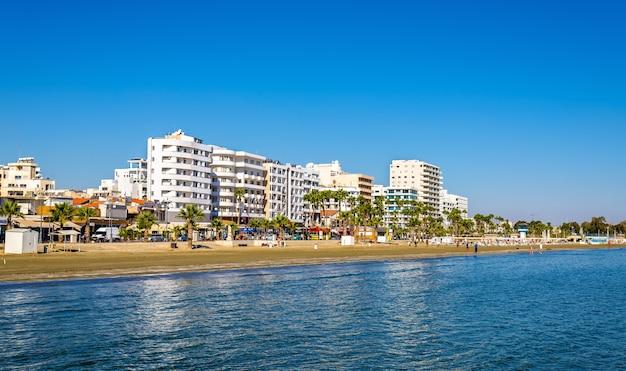 Plaża finikoudes - larnaka, cypr