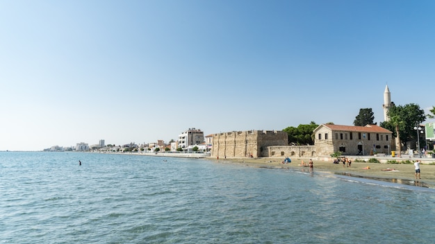 Plaża finikoudes w centrum miasta, larnaka, cypr. 2020