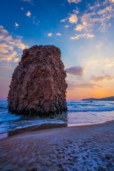 Plaża fyriplaka na zachód słońca na wyspie milos, cyklady, grecja