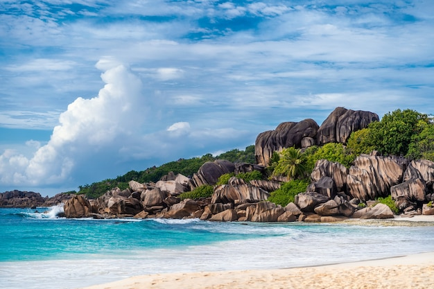 Plaża grande anse, wyspa la digue, seszele. niesamowity naturalny krajobraz rajskiej wyspy i imponujące chmury.