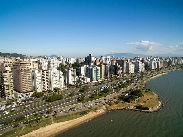Plaża i budynki beira mar norte / florianopolis. santa catarina, brazylia. lipiec 2017