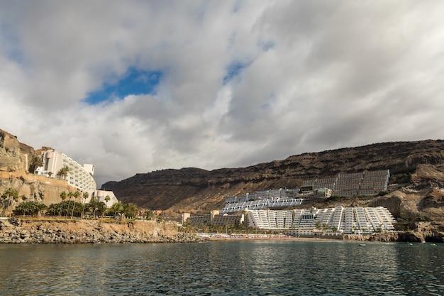 Plaża i hotele widziane z morza, pochmurne niebo