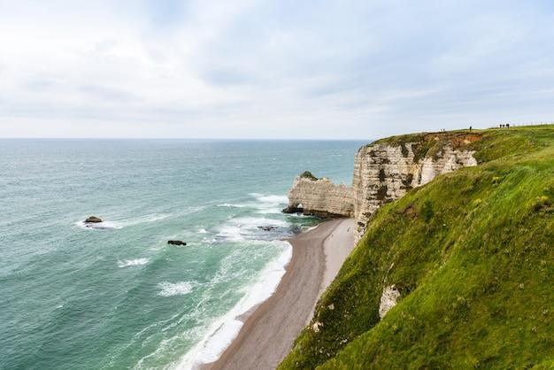 Plaża i kamienne klify w etretat, francja, normandia