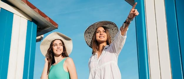Plaża i lato koncepcja z dwóch kobieta szuka gdzieś