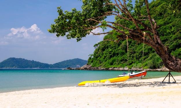 Plaża i morze przy ao phrao, koh samet, rayong, tajlandia. biała piasek plaża, góra i