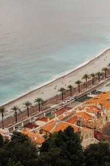 Plaża i nabrzeże w nicei we francji.