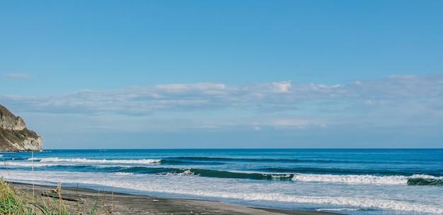 Plaża i ocean przy przylądkiem chikyu hokkaido japonia