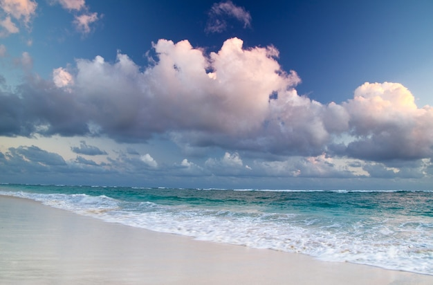 Plaża i piękne tropikalne morze