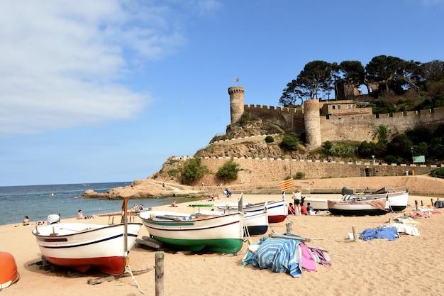 Plaża i stare miasto w miejscowości tossa de mar girona w prowincji katalonia hiszpania