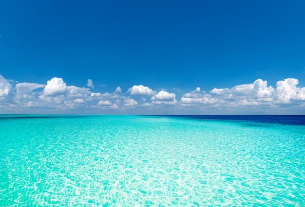 Plaża i tropikalne morze. tło natury
