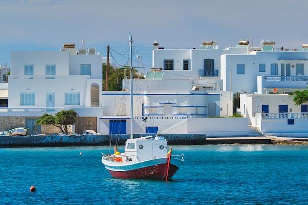 Plaża i wioska rybacka pollonia na milos w grecji