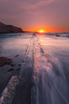 Plaża itzurun w zumaia ze słynnym fliszowym wybrzeżem, kraj basków.
