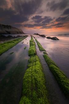 Plaża itzurun w zumaia ze słynnym fliszowym wybrzeżem w kraju basków.