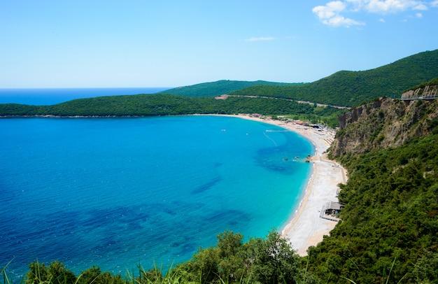 Plaża jaz morze adriatyckie. widok z góry. słoneczny dzień
