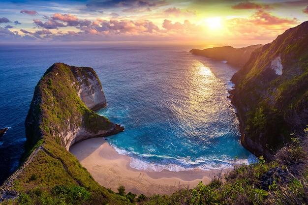 Plaża kelingking o zachodzie słońca na wyspie nusa penida, bali, indonezja