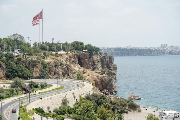 Plaża konyaalti w antalyi turcja długa turecka plaża nad morzem śródziemnym w ciepłe słoneczne lato z ...