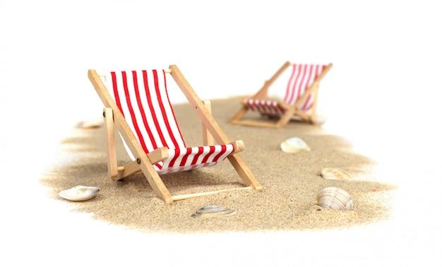 Plaża. krzesła na piasku na białym tle