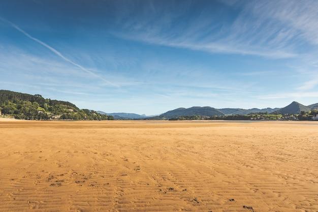 Plaża laida przy ujściu rzeki urdaibai; kraj basków