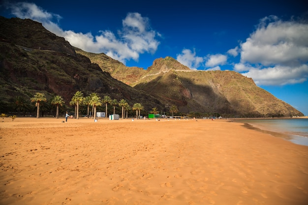 Plaża las teresitas z górami w tle