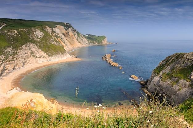 Plaża man o 'war na wybrzeżu dorset w południowej anglii w lecie. wybrzeże jurajskie, west lulworth, uk