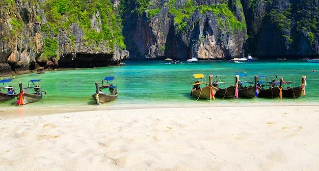 Plaża maya bay na wyspie ko phi phi leh z tradycyjnymi łodziami taxi longtail. tajlandia atrakcja turystyczna, prowincja krabi, morze andamańskie