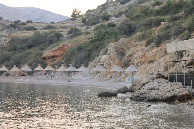 Plaża morska ze strzechą parasole bez ludzi