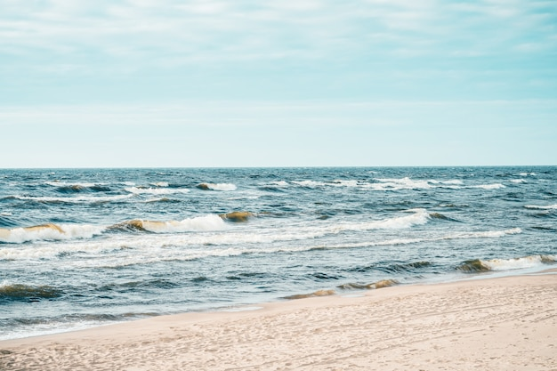 Plaża nad morzem bałtyckim na łotwie, lato