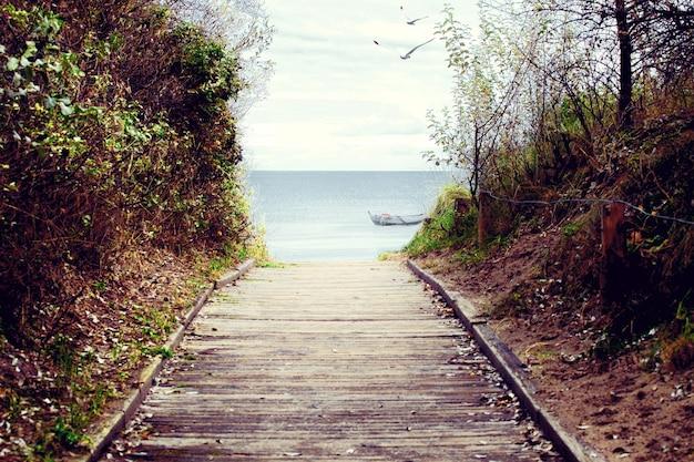 Plaża nad morzem bałtyckim z wydmami i widokiem na ocean. tło wakacje.