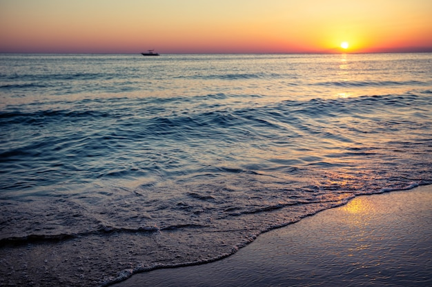 Plaża nad morzem o zachodzie słońca
