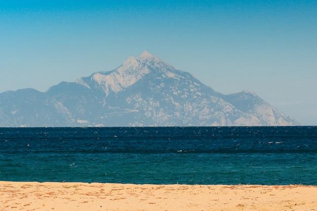 Plaża nad morzem śródziemnym w pogodny, słoneczny dzień