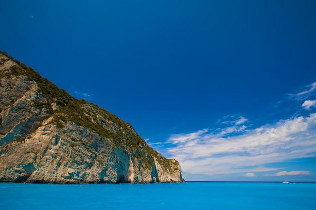 Plaża navagio na wyspie zakynthos, grecja, letni dzień