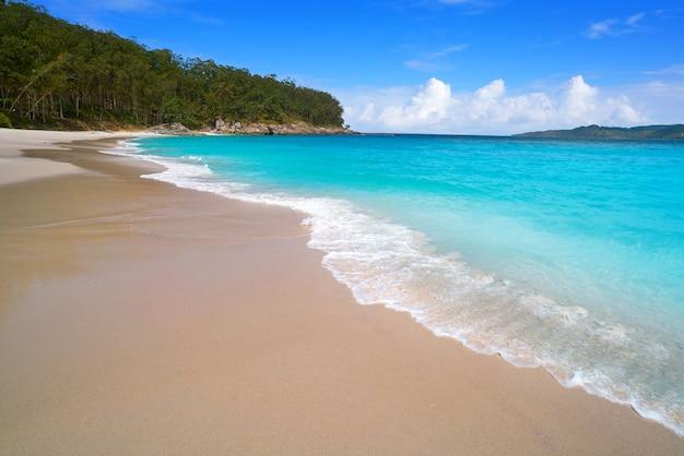 Plaża nudystów figueiras w vigo na wyspie islas cies