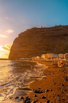 Plaża o zachodzie słońca w puerto de tazacorte na wyspie la palma, wyspy kanaryjskie. hiszpania