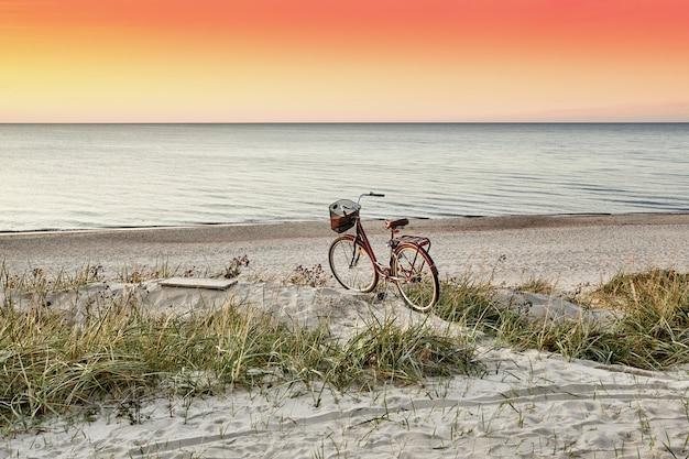 Plaża o zachodzie słońca.